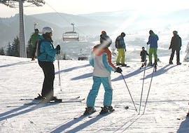 Tijdens de cursus Skilessen voor jongeren (13-17 j.) - Alle niveaus - Halve dag krijgen kinderen les van een skileraar van Skischule Snow & Bike Factory Willingen.