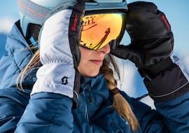 Een volwassen skiër neemt deel aan de cursus Skilessen voor jongeren en volwassenen - Alle niveaus en leert de sneeuwploeg van een ervaren skileraar van DSV Skischule & Skiverleih WIWA.