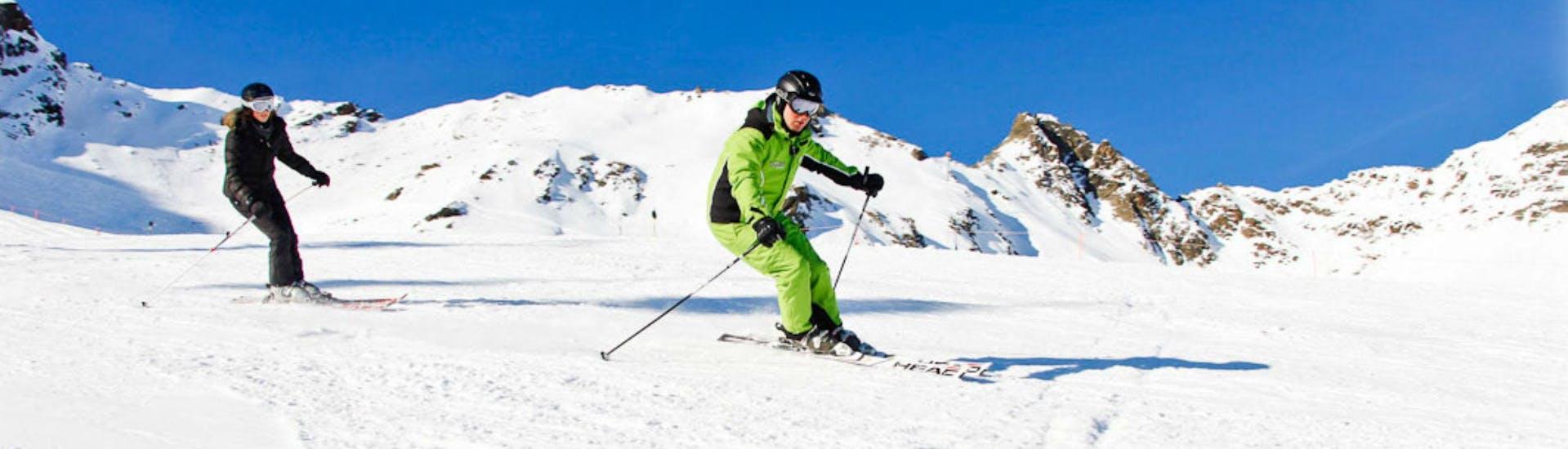 Eine Skifahrerin folgt bei ihrem Skikurs für Teens & Erwachsene - Alle Levels ihrem Skilehrer der Ski- und Bikeschule Ötztal Sölden.
