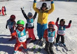 Des enfants et leur moniteur de ski de la Villars Ski School prennent du bon temps sur les pistes.