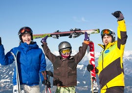 Fröhliche Kinder mit Skileher im Hintergrund Bergpanorama