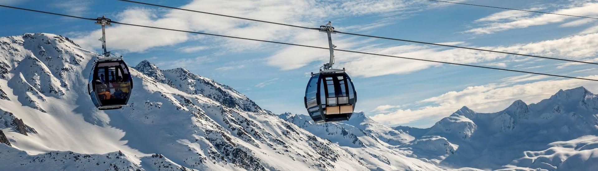 Ein Blick auf eine Gondelbahn im Skigebiet Andermatt, wo örtliche Skischulen eine Reihe an Skikursen anbietet.