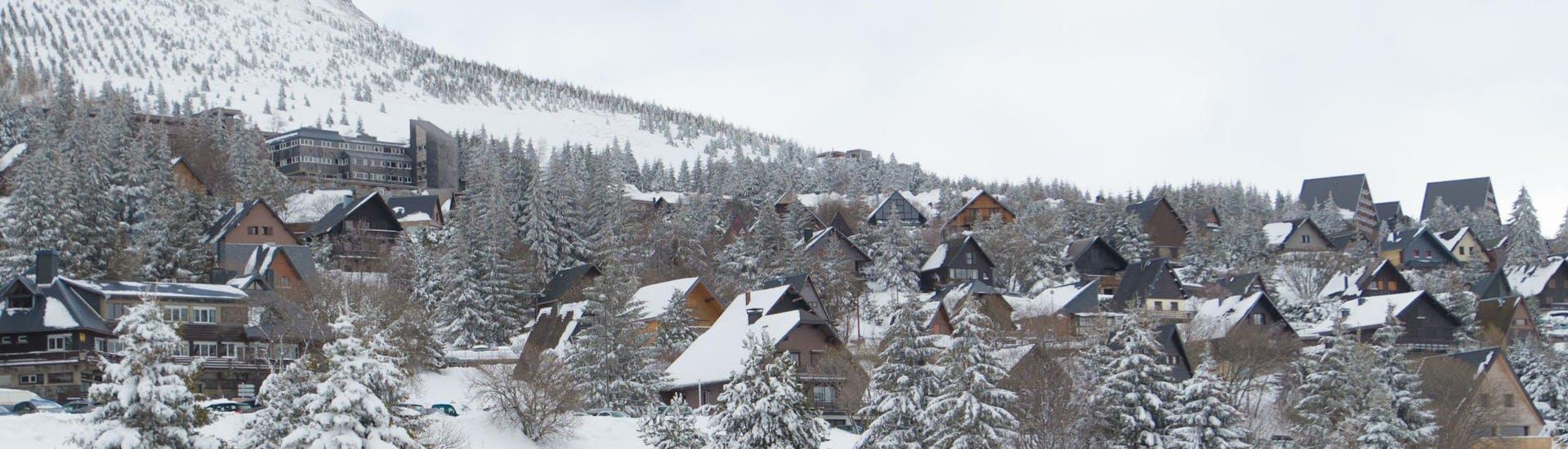 Une vue du village pittoresque de Besse - Super-Besse, une station de ski française où les visiteurs peuvent réserver des cours de ski avec les écoles de ski locales.