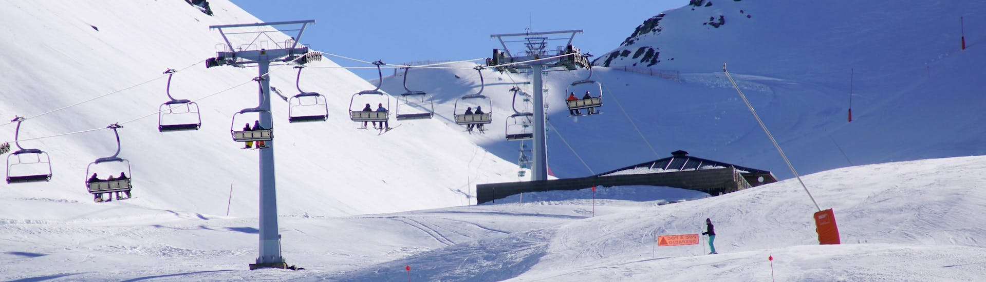 An image of one of the ski slopes in the catalan ski resort of Boí Taüll, where visitors can book ski lessons with the local ski schools.