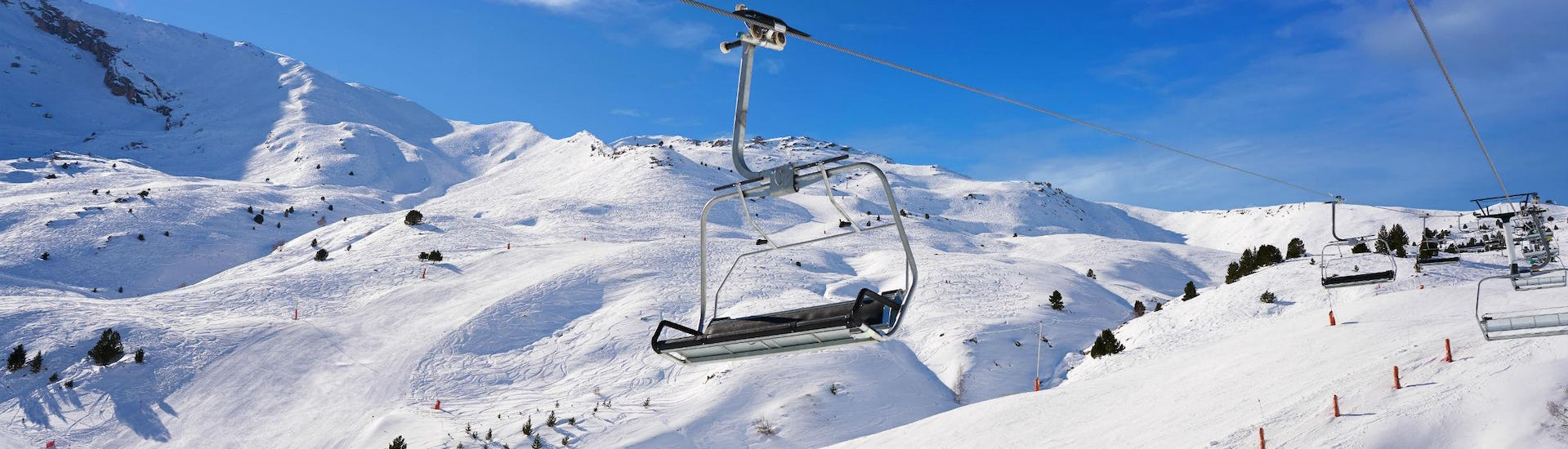 An image of a chair lift in the ski resort of Cerler, where local ski schools offer a selection of ski lessons for those who want to learn to ski.