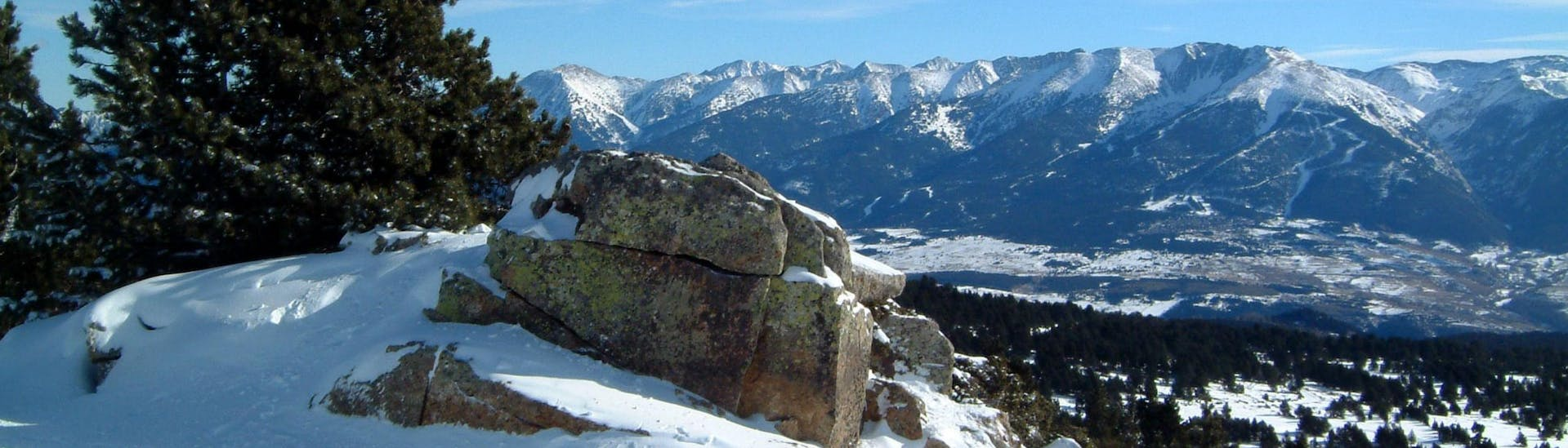 An image of the snow-covered landscape of Font Romeu Pyrénées 2000, where local ski schools offer a wide variety of ski lessons for anyone who wants to learn to ski.