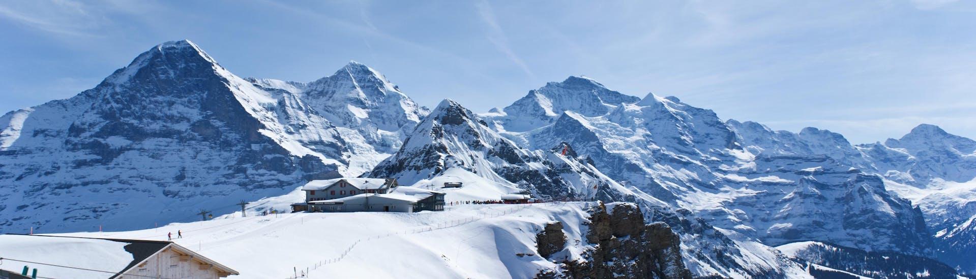 Vue du paysage de montagnes enneigées entourant la station de téléphérique dans la station de ski suisse d'Interlaken.