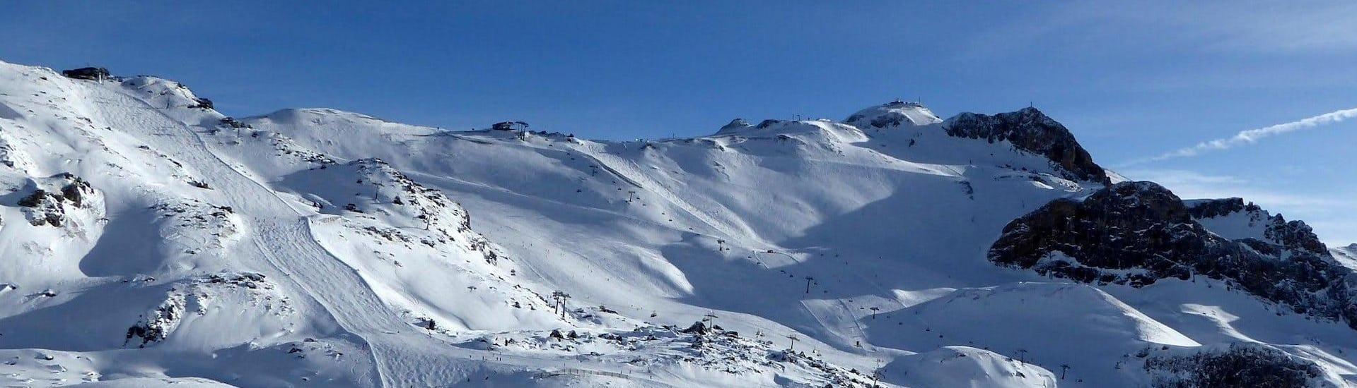 Blik op een zonnig berglandschap tijdens een skiles met een van de skischolen in Ischgl.