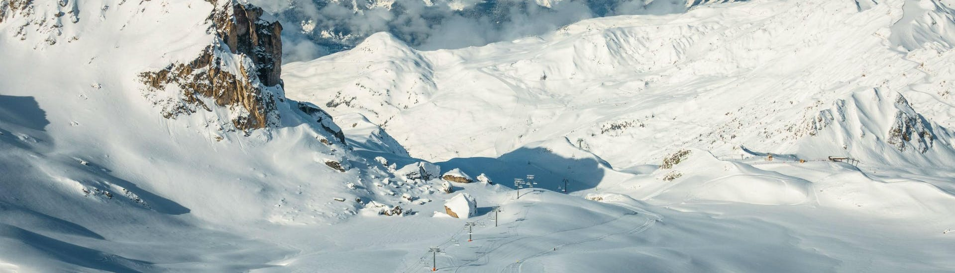 Ein Panoramablick über La Plagne, eine beliebtes Skigebiet in den französische Alpen, wo örtliche Skischulen für all diejenigen, die das Skifahren lernen wollen, Skikurse anbieten.