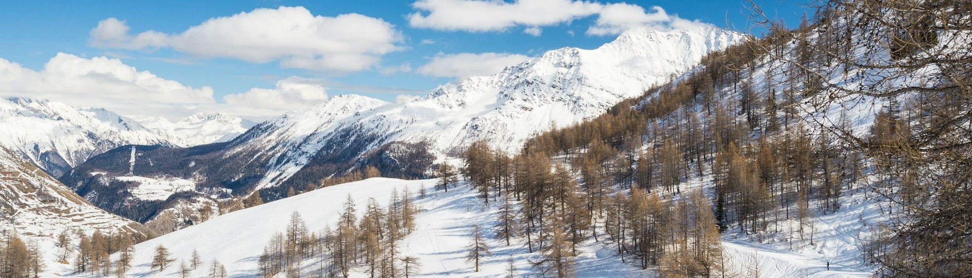 An image of the snowy mountainscape in the French ski resort of La Rosière, where aspiring skiers can book ski lessons with the local ski schools.