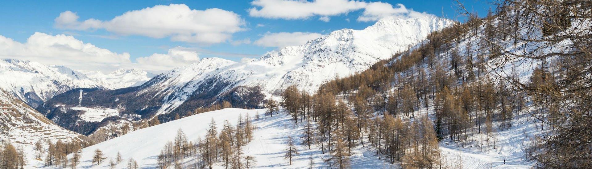 Une image du paysage montagneux enneigé de la station de ski française de La Rosière où les skieurs en herbe peuvent réserver des cours de ski auprès des écoles de ski locales.