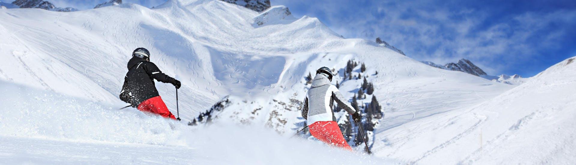 Tijdens een skiles met een skischool in Lech-Oberlech heb je een prachtig uitzicht op zonnige bergen.