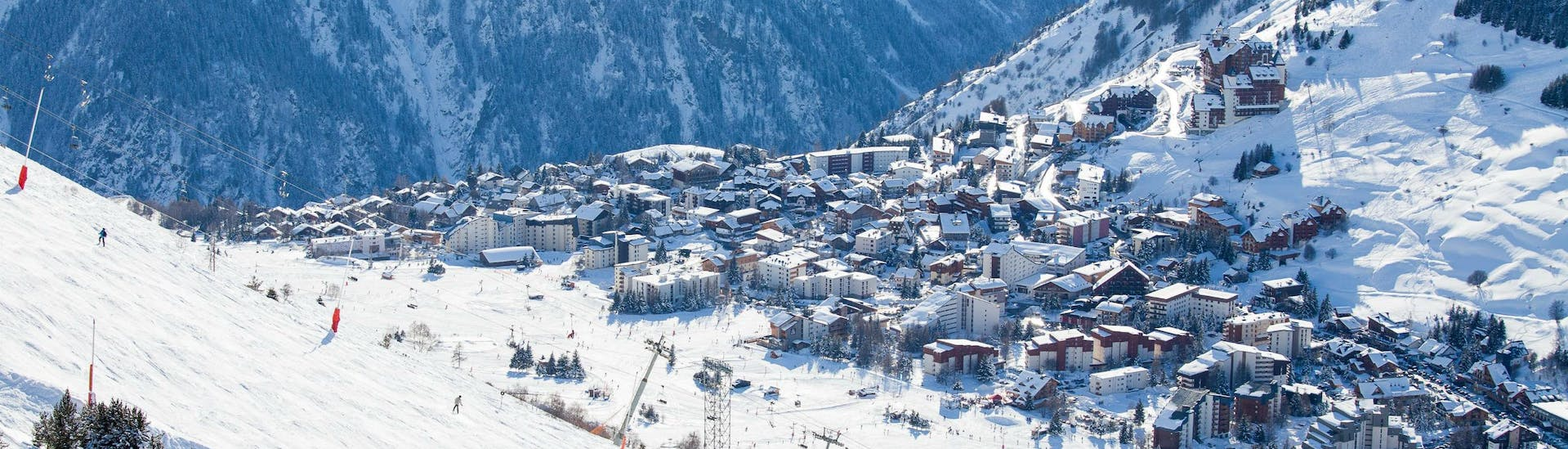 An image of France's second oldest ski resort Les Deux Alpes, where local ski schools offer ski lessons for those who want to learn to ski.