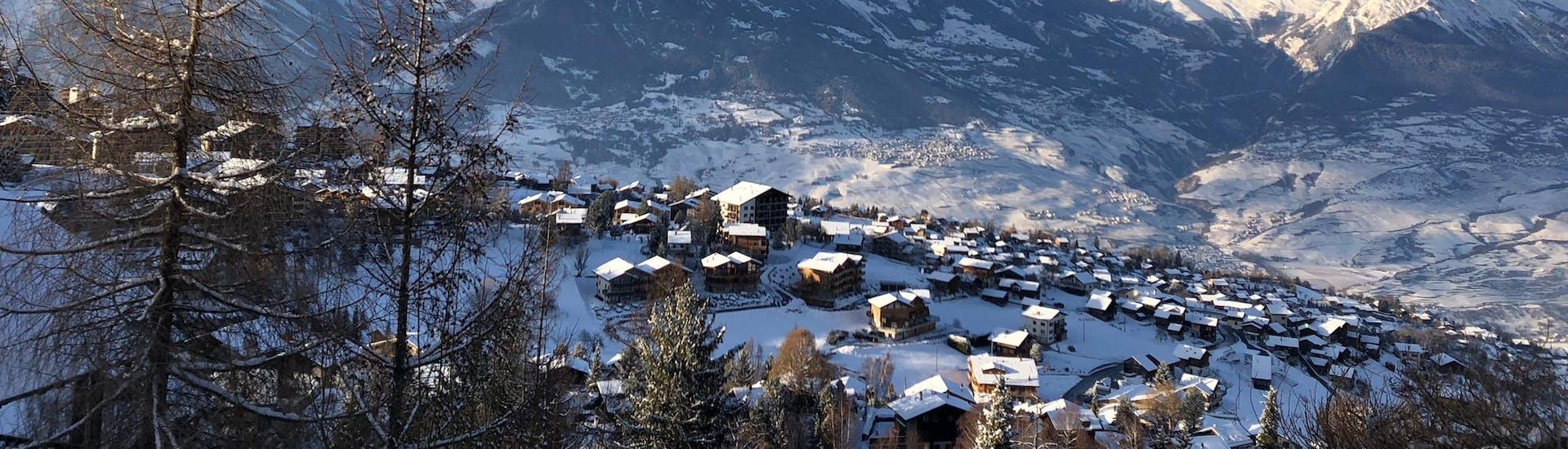 Une vue aérienne de la station de ski de Siviez, une destination populaire en Suisse romande, où les visiteurs peuvent réserver des cours de ski avec une des écoles de ski locales.