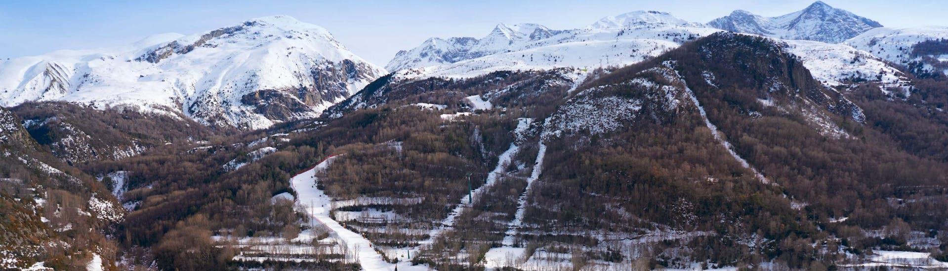 Una imagen del pueblo español de Panticosa, donde las escuelas de esquí locales ofrecen clases de esquí para los principiantes que quieren aprender a esquiar.
