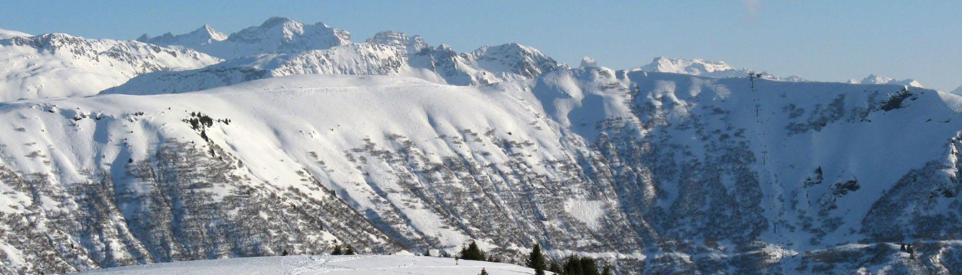 Une vue panoramique des pistes de ski de Praz sur Arly, une station de ski française nichée entre les majestueux sommets du département de la Savoie, où les écoles de ski locales offrent un large choix de cours de ski.