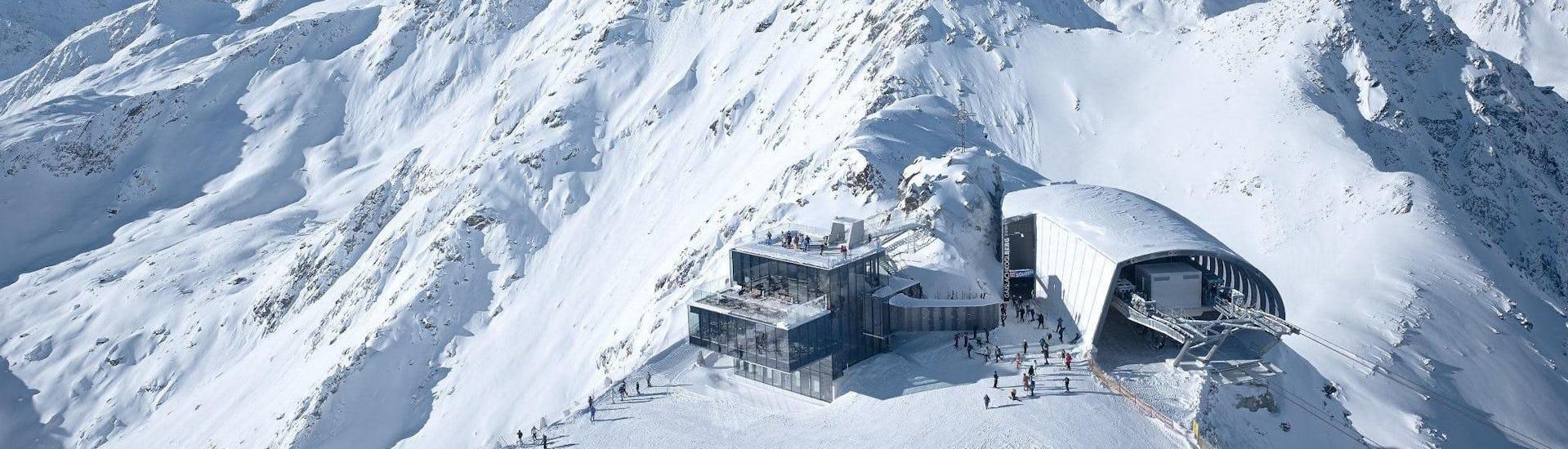 Vista del paesaggio montano soleggiato durante un corso di sci con scuole di sci a Sölden.