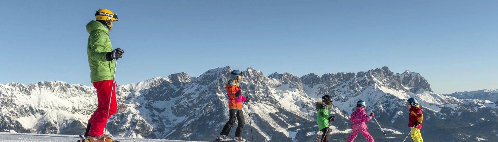 Ausblick auf die sonnige Berglandschaft beim Skifahren lernen mit einer Skischule im Skigebiet Söll.
