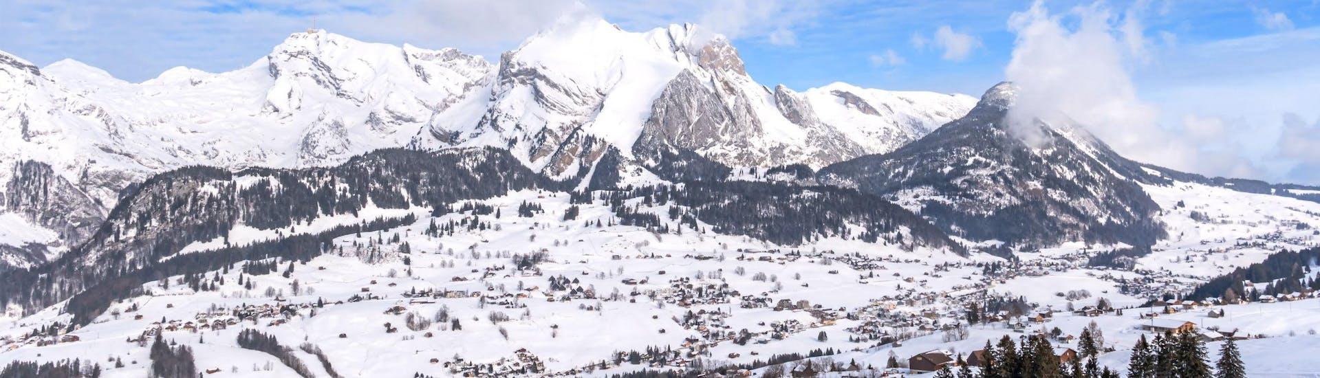 Une photo d'un paysage hivernal enneigé dans la région suisse de Toggenburg où les visiteurs peuvent réserver des cours de ski avec les écoles de ski locales.