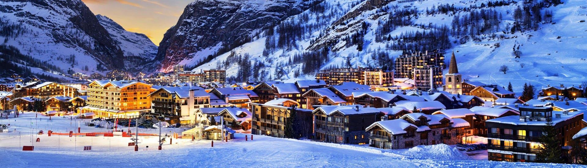 Vue sur la magnifique station de ski française de Val d'Isère entourée de neige au coucher du soleil.