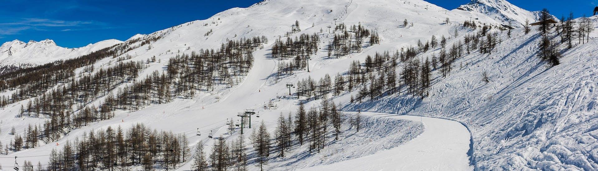 Una visuale sulle piste di Vialattea, dove le scuole di sci locali offrono una vasta gamma di lezioni di sci.