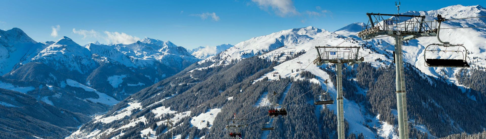 A panoramic view of the Zillertal Valley in which the local ski schools based in Zell am Ziller offer ski lessons for those who wish to learn to ski.