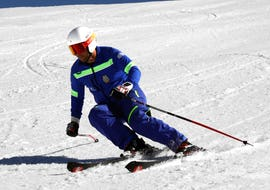 An experienced skier descends on the great slope during the ski lessons for adults - Advanced with the ski school Escuela Española de Esquí Panticosa.