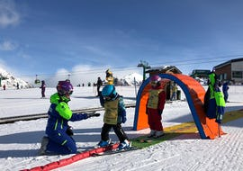 Children learn to ski in a safe environment during the kids ski lessons (4-5 years) - All levels with the ski school Escuela Española de Esquí Panticosa.