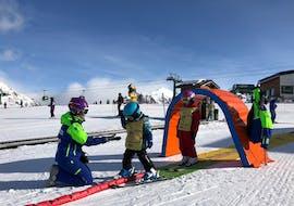 Los niños aprenden a esquiar en un entorno seguro durante las clases de esquí para niños (4-5 años) - Todos los niveles con la Escuela Española de Esquí Panticosa.