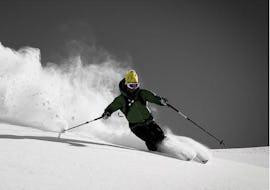 Ein Skifahrer fährt abseids der Piste im wunderschönen Pulverschnee während dem Freeride Kurs für Jugendliche und Erwachsene - Alle Levels der Skischule Motion Center Lofer.