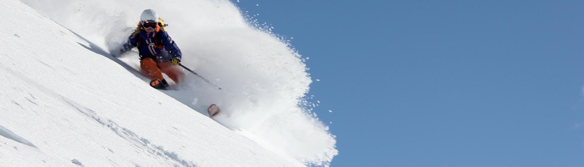 Un skieur glisse sur une pente de poudreuse pendant l'un de ses cours de ski avec l'école de ski Skibex dans la station de ski de Chamonix.