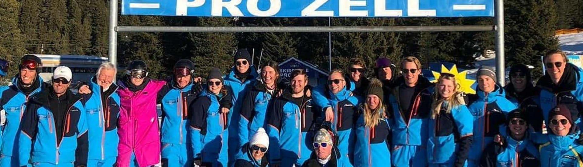 The ski instructors from the ski school Skischule Pro Zell in Zell am Ziller are smiling at the camera in a group photo.
