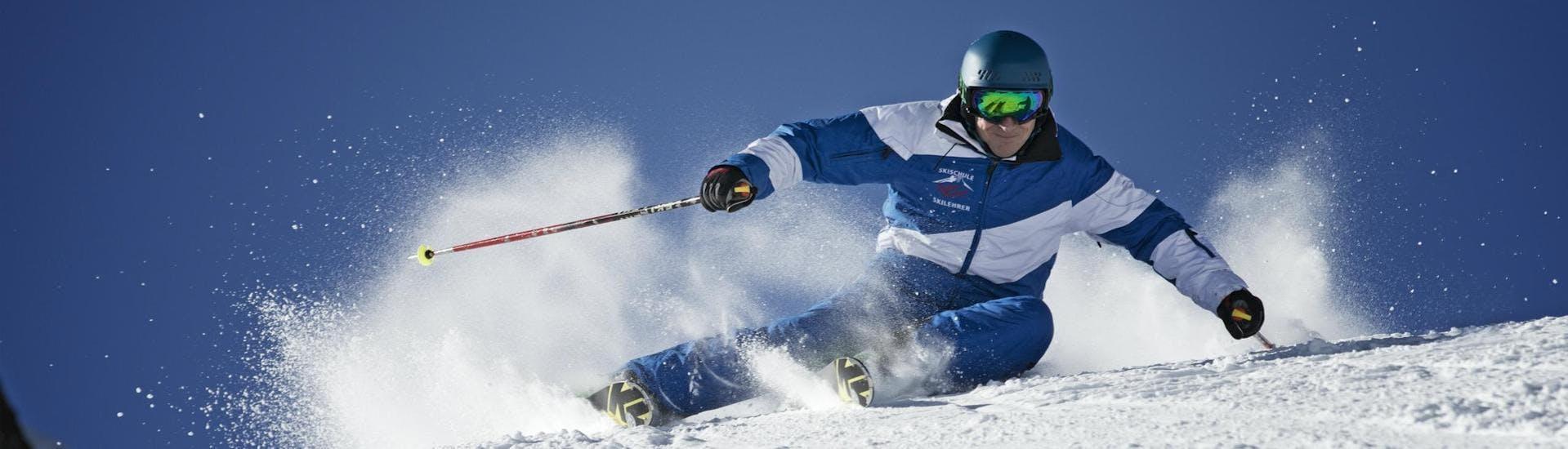 Ein Skilehrer der Skischule Thomas Sprenzel demonstriert eine perfekte Carving Technik während er im Skigebiet Garmisch-Classic einen Skikurs abhält.