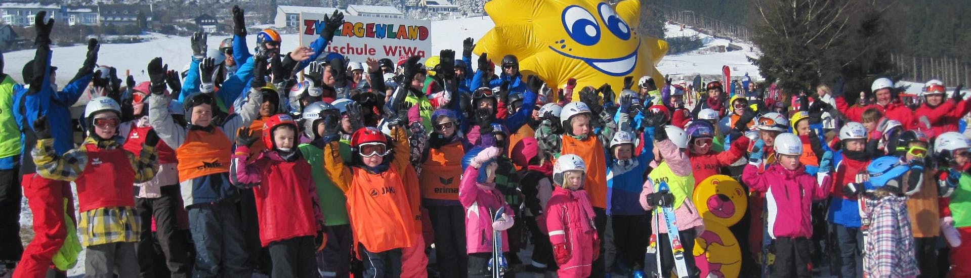 A group photo of happy children is being taken at the end of the day of the lessons in Willingen by a ski instructor from the WIWA   DSV Skischule & Skiverleih in Willingen.