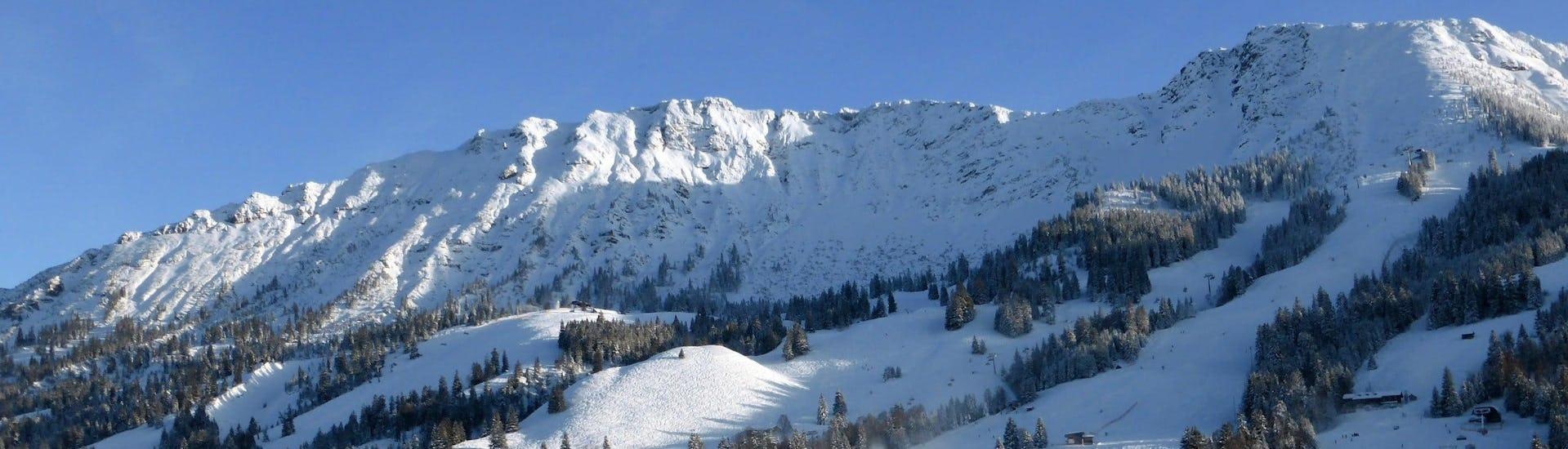 Ausblick auf die sonnige Berglandschaft beim Skifahren lernen mit den Skischulen in Oberjoch.