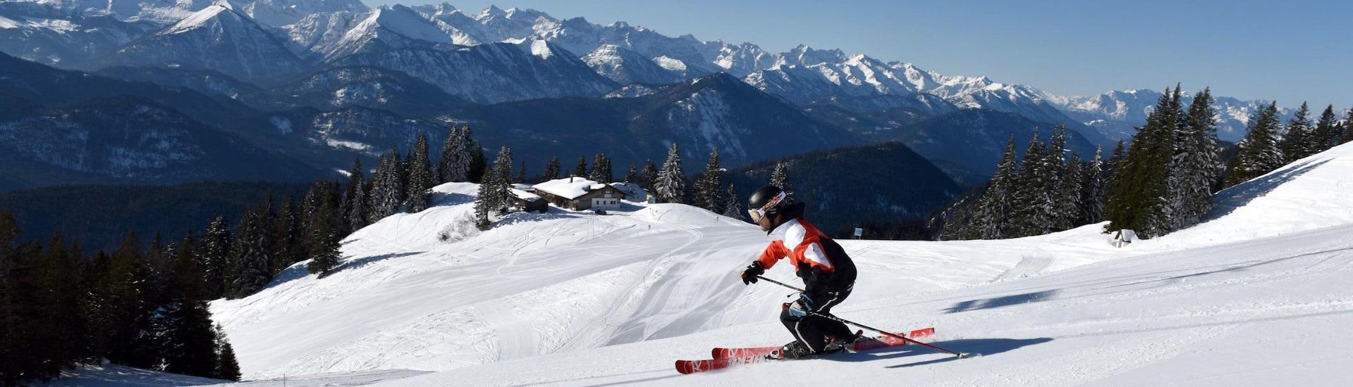 Vista del paesaggio montano soleggiato durante un corso di sci con scuole di sci a Brauneck Lenggries.