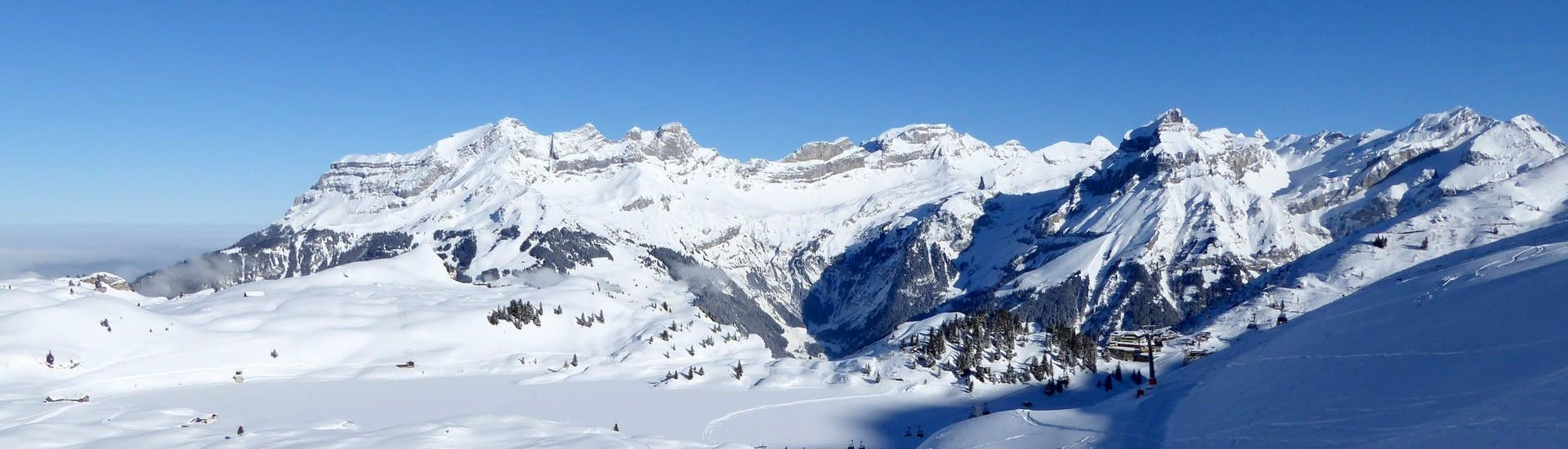 View over the sunny mountain landscape while learning to ski with the ski schools in Engelberg.