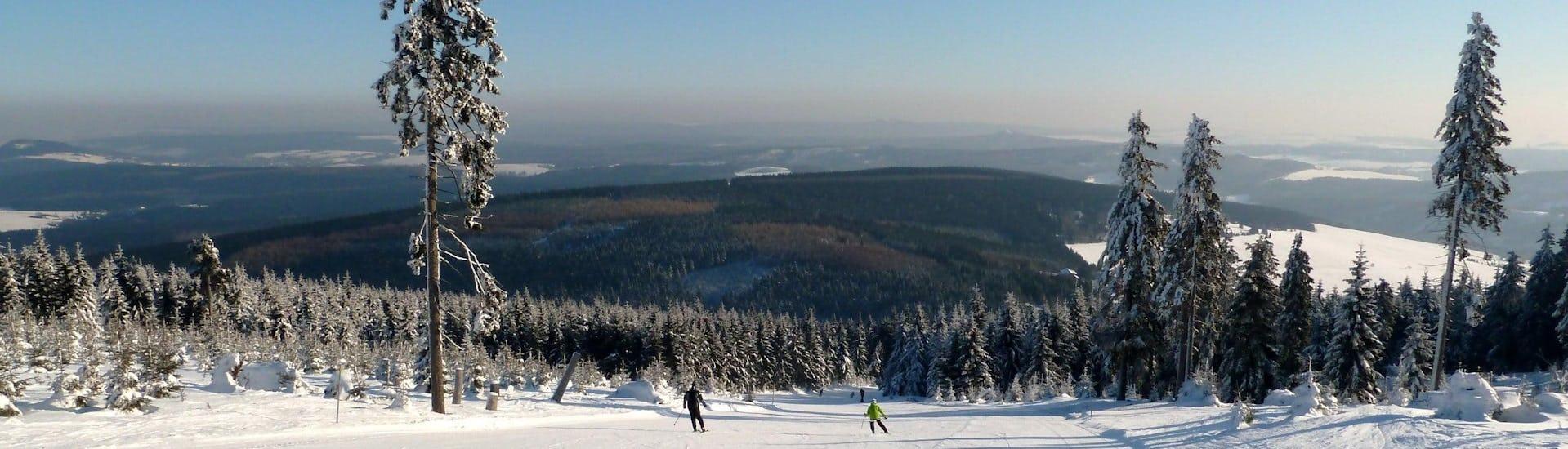 Vista del paesaggio montano soleggiato durante un corso di sci con scuole di sci a Fichtelberg–Oberwiesenthal.