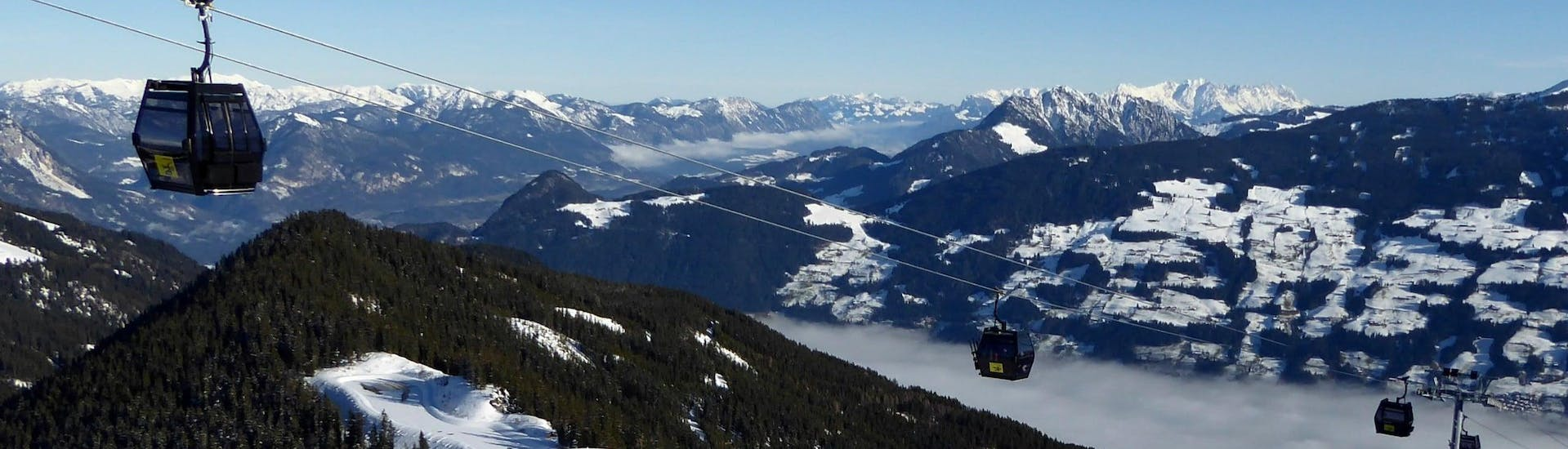View over the sunny mountain landscape while learning to ski with the ski schools in Fügen-Spieljoch.
