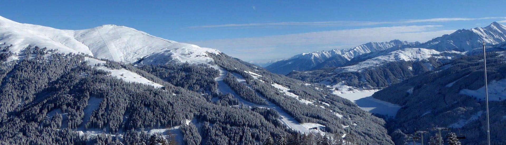 Blik op een zonnig berglandschap tijdens een skiles met een van de skischolen in Gerlos.