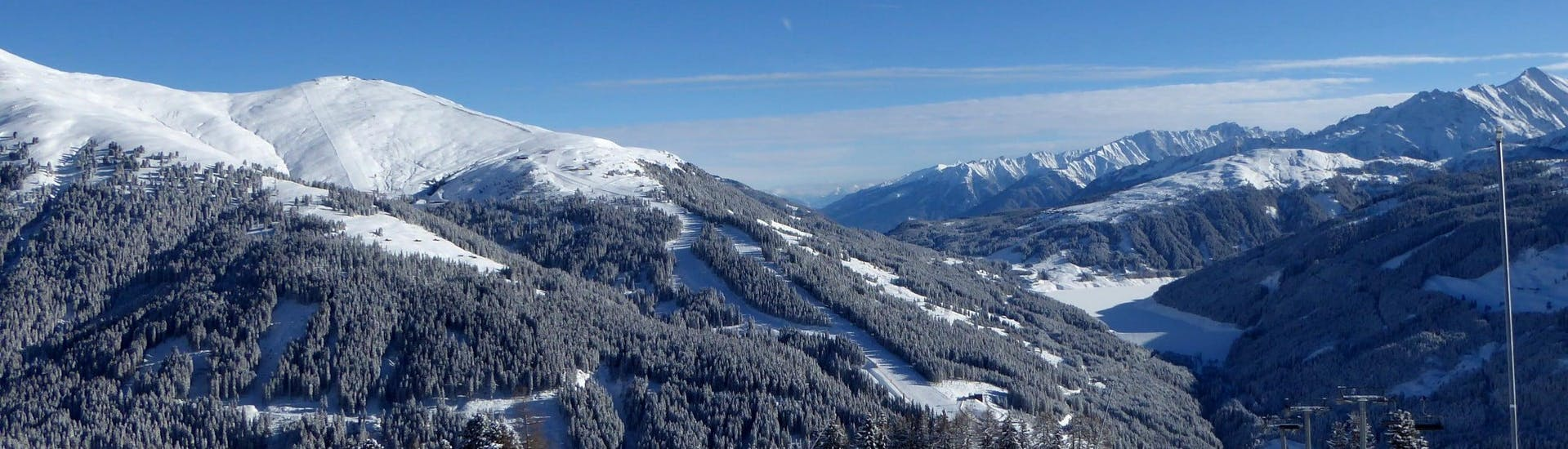 View over the sunny mountain landscape while learning to ski with the ski schools in Gerlos.