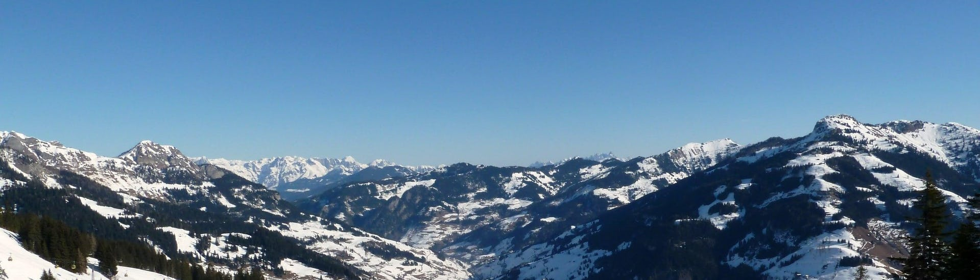 View over the sunny mountain landscape while learning to ski with the ski schools in Großarl.