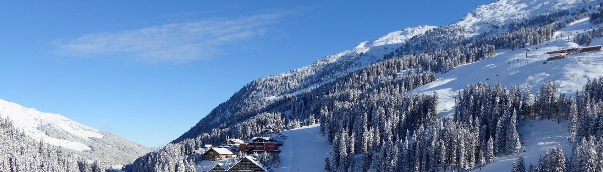 View over the sunny mountain landscape while learning to ski with the ski schools in Hochfügen.
