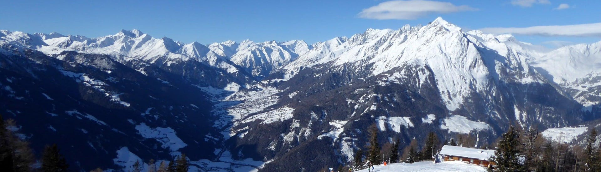 View over the sunny mountain landscape while learning to ski with the ski schools in Kals am Großglockner.