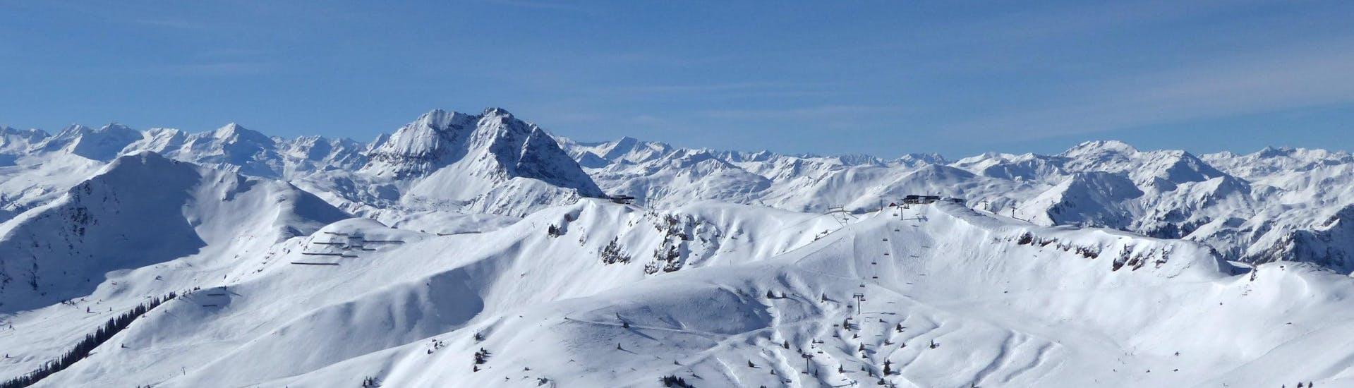 Blik op een zonnig berglandschap tijdens een skiles met een van de skischolen in Kirchberg.