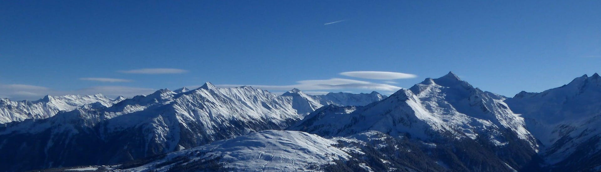 View over the sunny mountain landscape while learning to ski with the ski schools in Königsleiten-Wald.