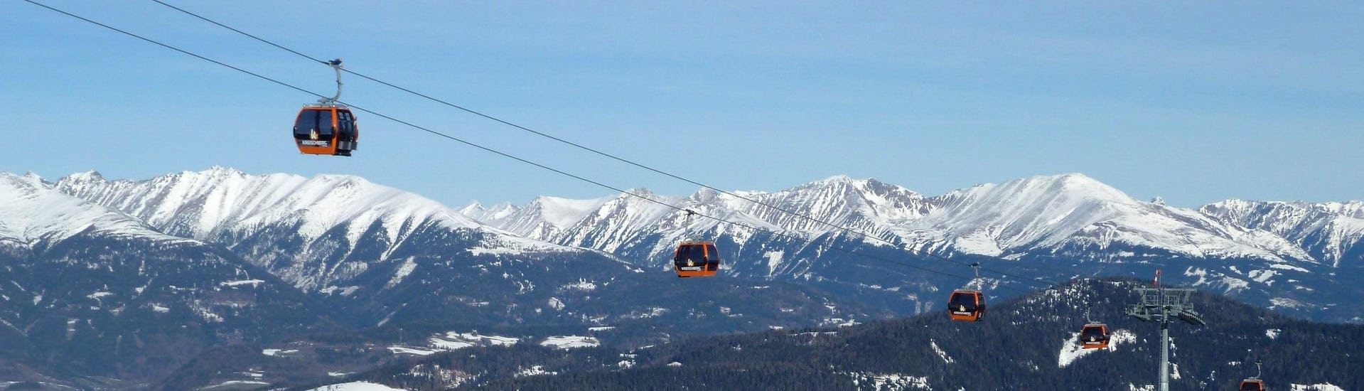 Ausblick auf die sonnige Berglandschaft beim Skifahren lernen mit den Skischulen in Kreischberg-Murau.