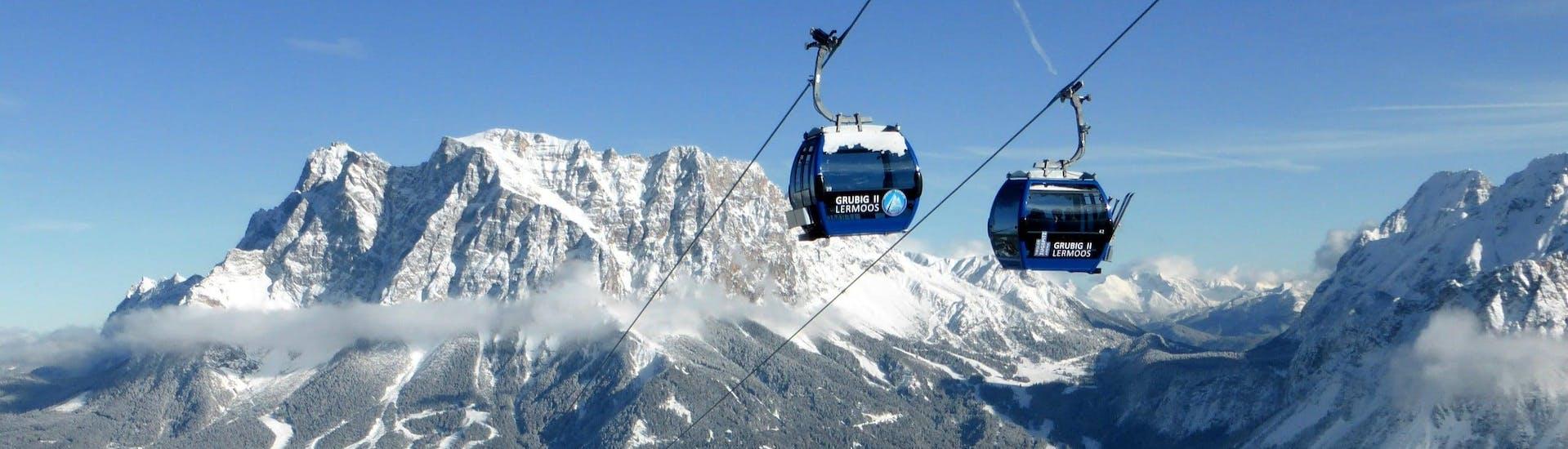 Vue sur un paysage de montagne ensoleillé lors d'un cours de ski avec l'une des écoles de ski de la station de ski Lermoos.