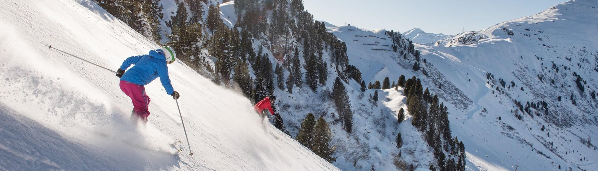 Vue sur un paysage de montagne ensoleillé lors d'un cours de ski avec l'une des écoles de ski de la station de ski Mayrhofen.