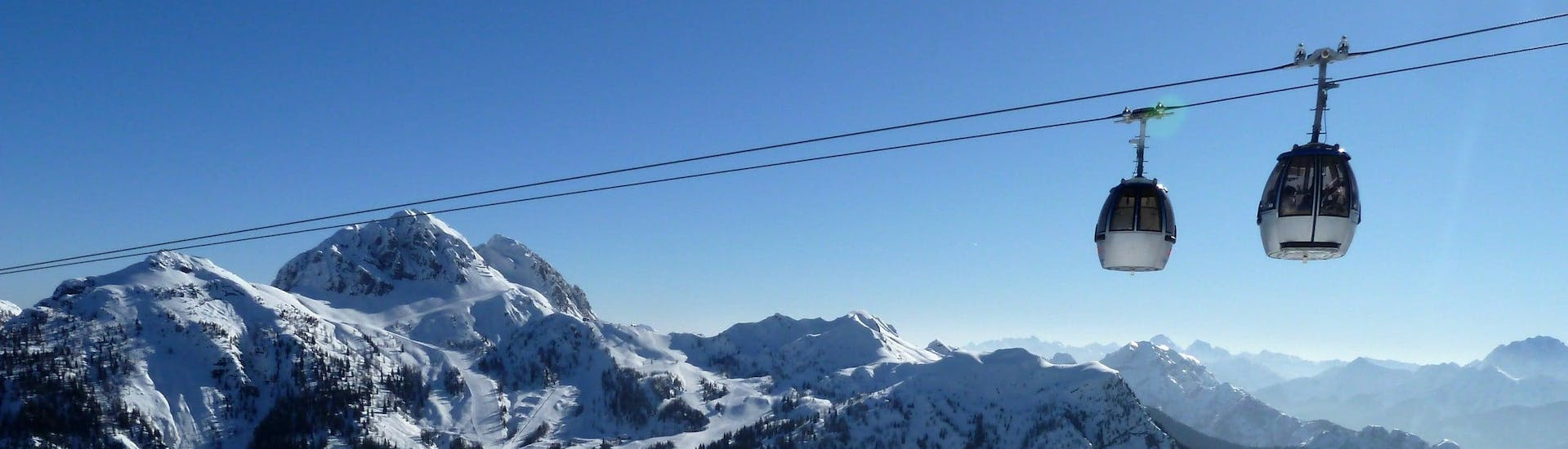 View over the sunny mountain landscape while learning to ski with the ski schools in Nassfeld.
